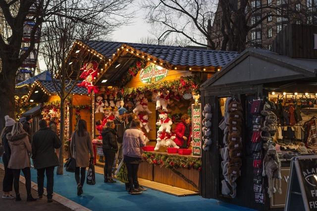 Weihnachtsmarkt_Schnee_Staende_Menschen