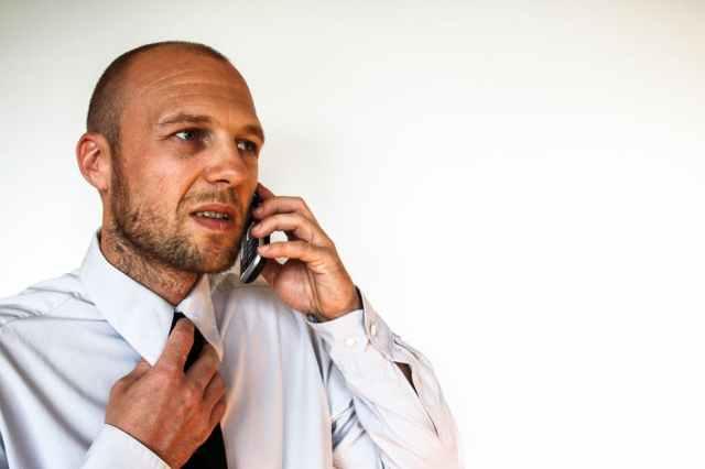 Stress-Mann-Hemd-Kragen-Telefon-Angespannt