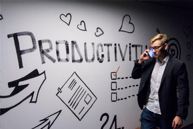Mann Telefon Wand Produktivität Liste Büro