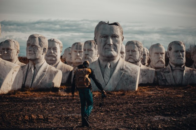 Büsten Skulpturen Köpfe Wanderer