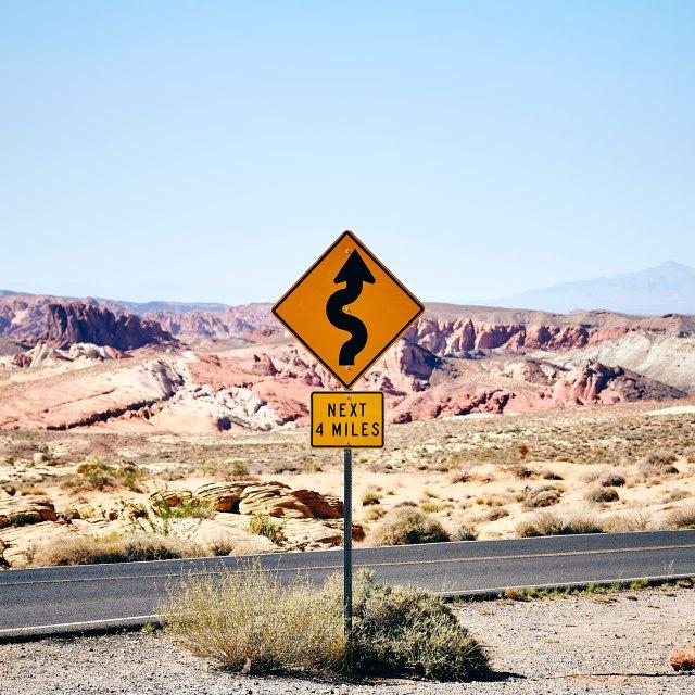 Kurven, Straßenschild, Warnung, Straße, Wüste, Next 4 Miles